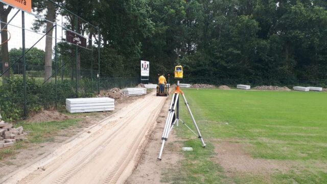 Nedabo B.V. - Het profileren van zandbaan rondom sportveld.