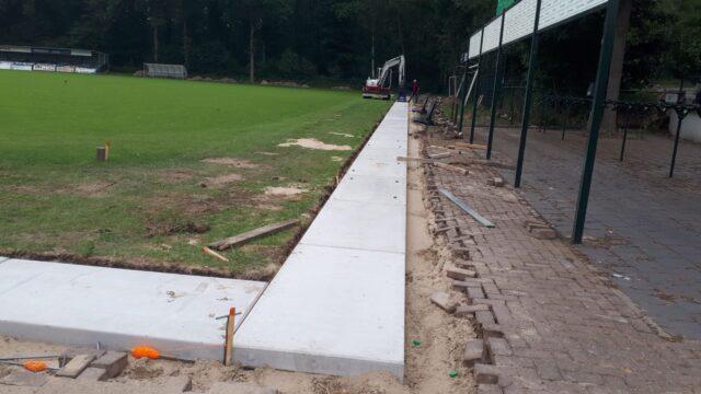 Nedabo B.V. - Het aanbrengen van betonplaten rondom sportveld
