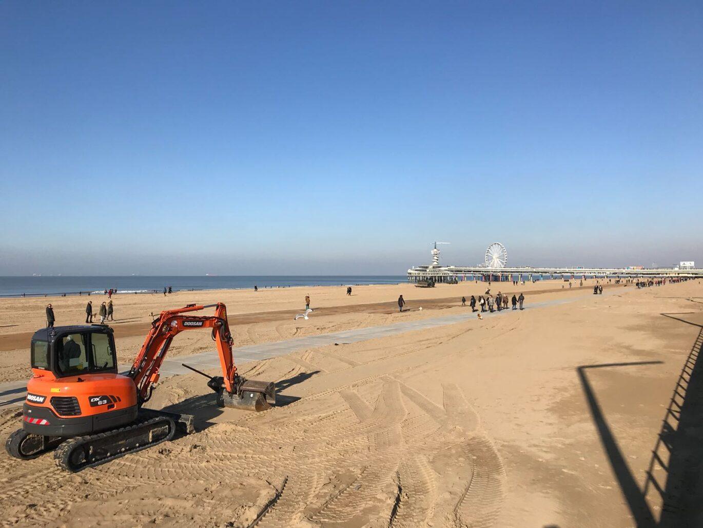 Nedabo B.V. - Leggen van betonplaten op Scheveningse strand.